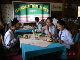 クシクシホテルで教職員と共に卒業記念ランチパーティー