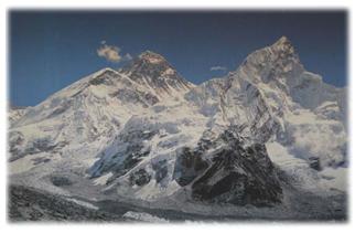 中央がエベレスト(8848m)